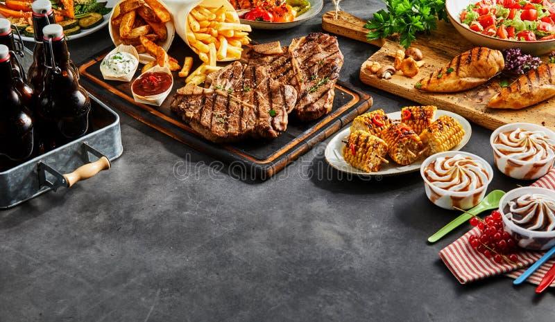 Assortiment van geroosterd barbecuevoedsel stock afbeeldingen