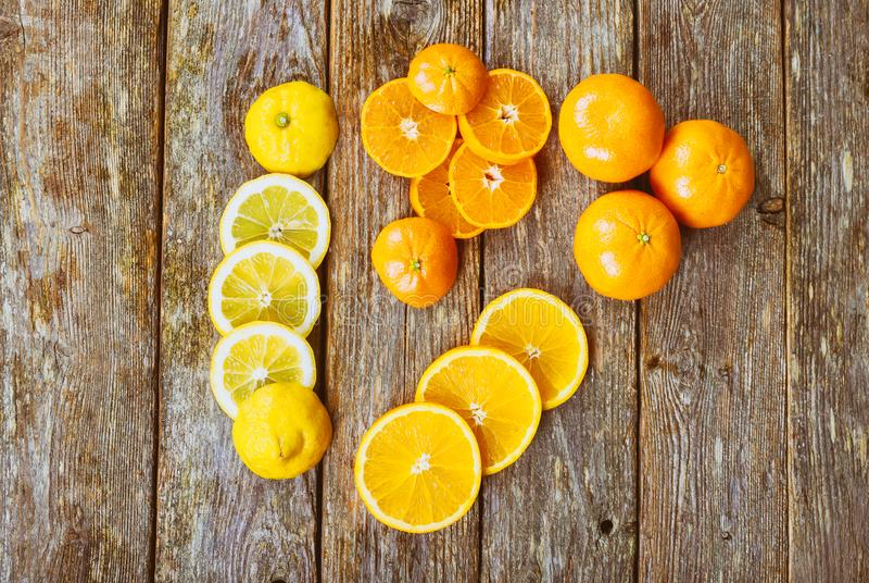 assortiment van gesneden tropische vruchten rustik houten verse citrusvruchtenachtergrond stock afbeeldingen