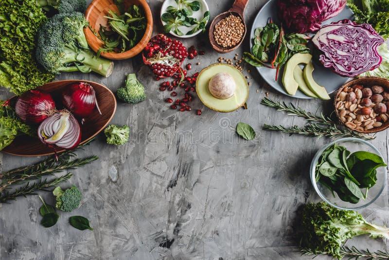 Assortiment van het verse organische voedsel van landbouwersgroenten voor het koken veganist vegetarische dieet en voeding stock afbeeldingen