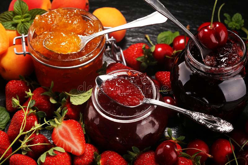 Assortiment van jam, seizoengebonden bessen, abrikoos, munt en vruchten marmelade of confiture stock foto