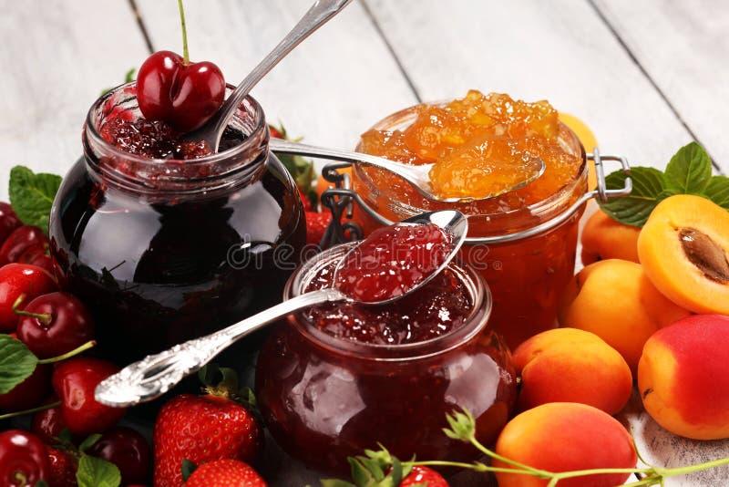 Assortiment van jam, seizoengebonden bessen, abrikoos, munt en vruchten marmelade of confiture stock afbeeldingen