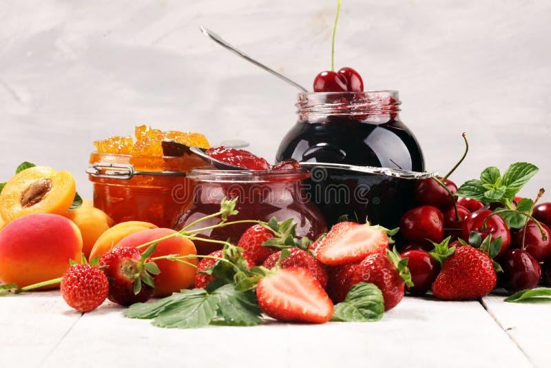 Assortiment van jam, seizoengebonden bessen, abrikoos, munt en vruchten marmelade of confiture royalty-vrije stock afbeeldingen