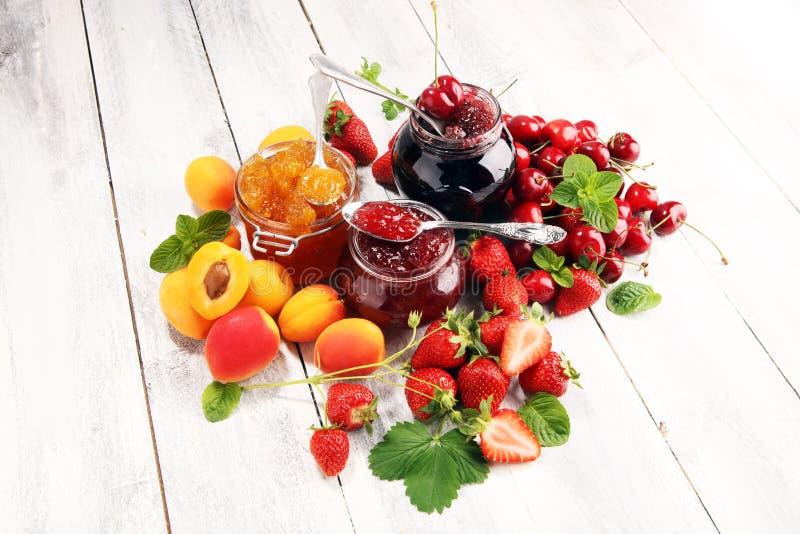 Assortiment van jam, seizoengebonden bessen, abrikoos, munt en vruchten marmelade of confiture royalty-vrije stock foto's