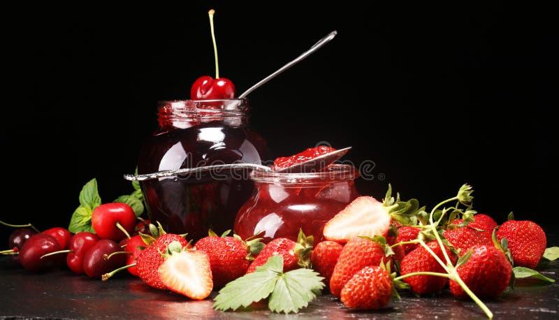Assortiment van jam, seizoengebonden bessen, munt en vruchten marmelade of confiture stock afbeelding