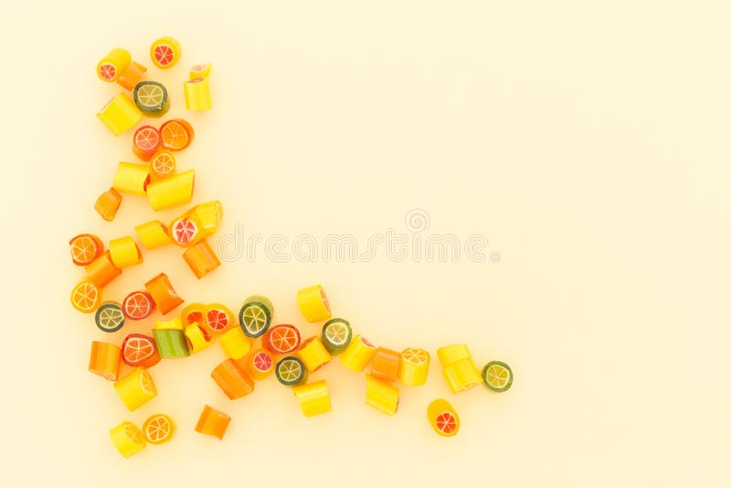 Assortiment van kleurrijk suikergoed op gele achtergrond royalty-vrije stock foto