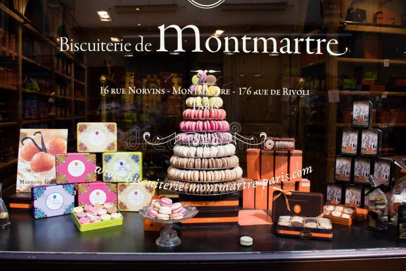 Assortiment van kleurrijke makarons op koffieshowcase, Parijs, Montmartre royalty-vrije stock foto's