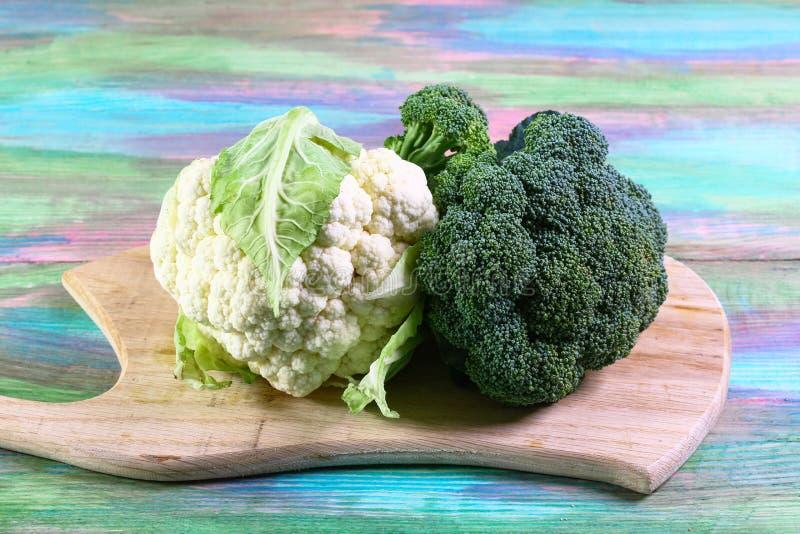 Assortiment van kolen groene broccoli op een houten raad Authentiek Levensstijlbeeld Hoogste mening met exemplaarruimte stock fotografie
