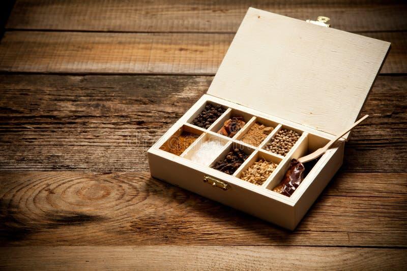 Assortiment van kruiden in houten doos royalty-vrije stock afbeeldingen