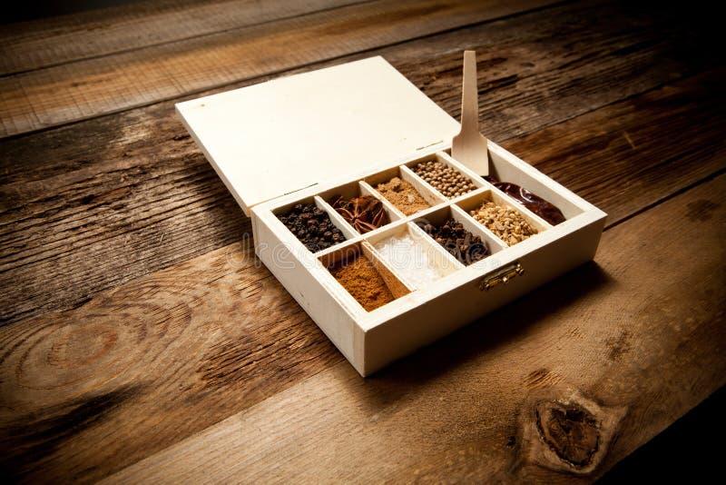 Assortiment van kruiden in houten doos stock foto's