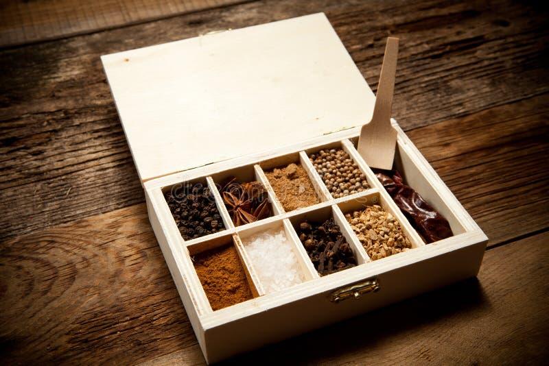 Assortiment van kruiden in houten doos stock foto