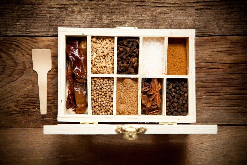 Assortiment van kruiden in houten doos royalty-vrije stock fotografie