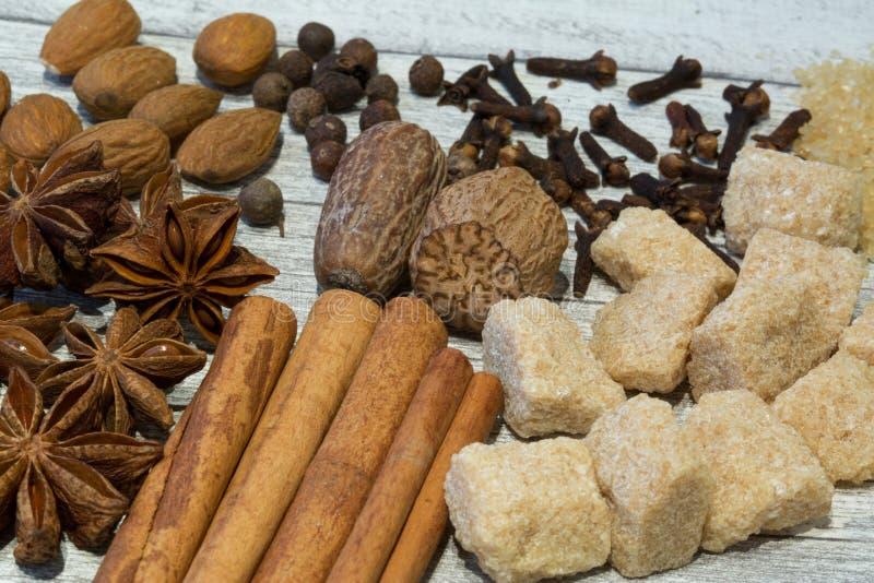 Assortiment van noten en kruiden, mengeling van diverse soorten noten, lik royalty-vrije stock foto's