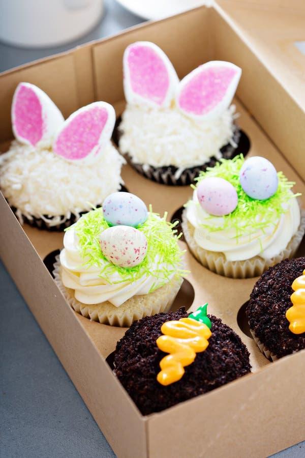 Assortiment van Pasen cupcakes in een doos stock afbeelding