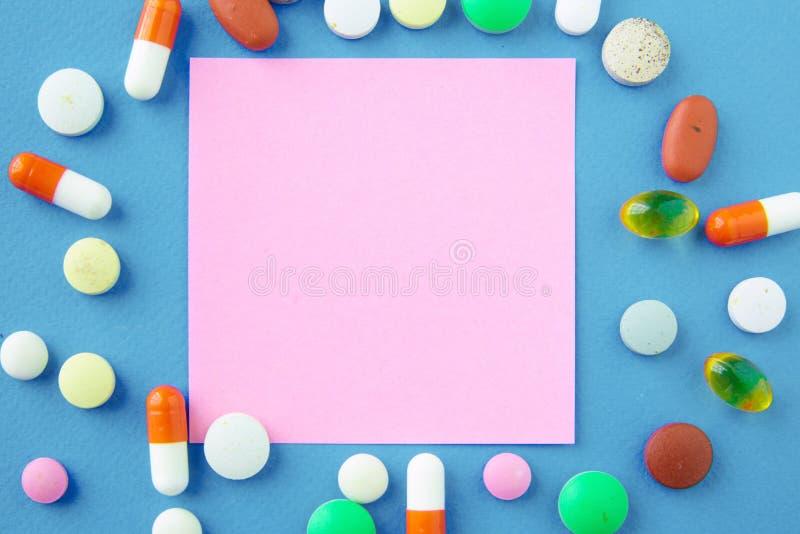 Assortiment van pillen, tabletten en capsules op lijst stock afbeelding