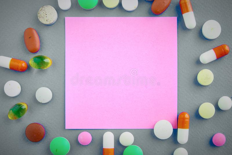Assortiment van pillen, tabletten en capsules op lijst stock fotografie