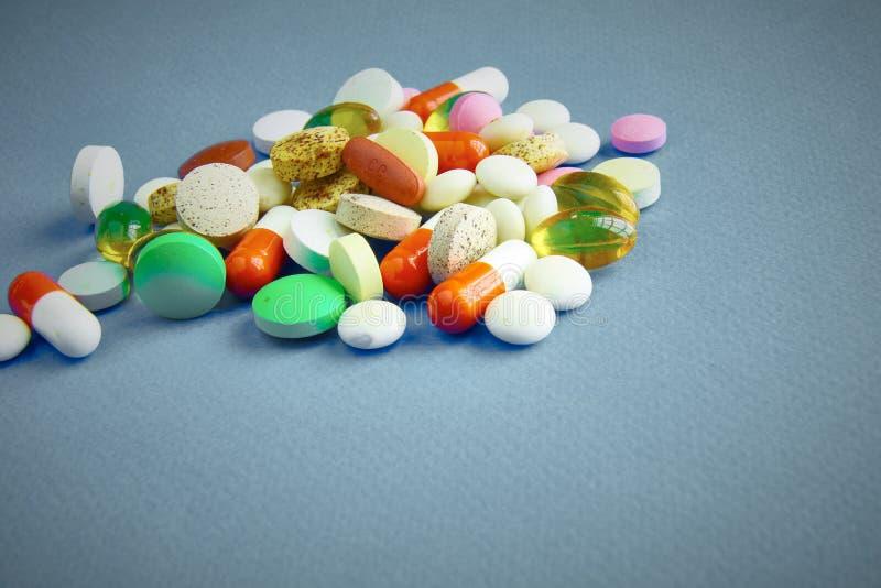 Assortiment van pillen, tabletten en capsules op lijst royalty-vrije stock fotografie