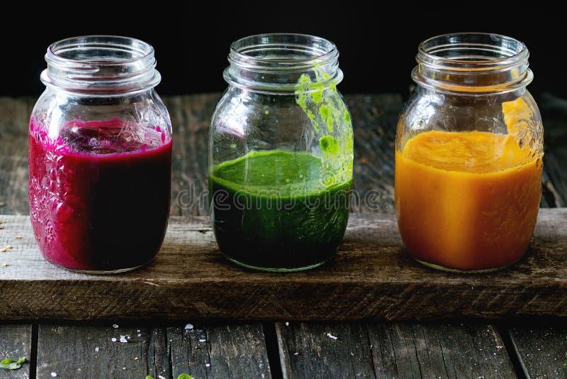 Assortiment van plantaardige smoothies stock fotografie