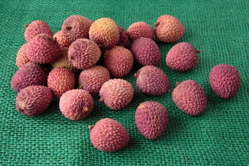 Assortiment van smakelijke en verse lychee exotische vruchten stock afbeeldingen