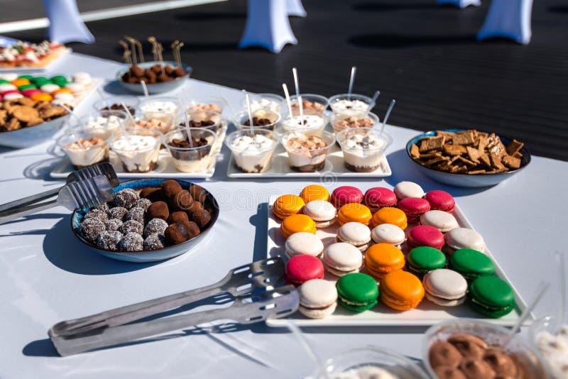 Assortiment van smakelijke voorgerechten - canapes, koekjes op het witte tafelkleed royalty-vrije stock afbeeldingen