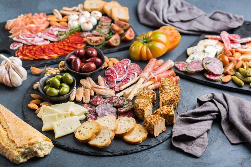 Assortiment van Spaanse tapas of Italiaanse antipasti met vlees stock foto