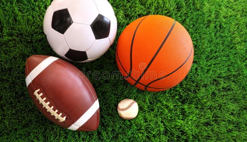 Assortiment van sportballen op gras stock fotografie
