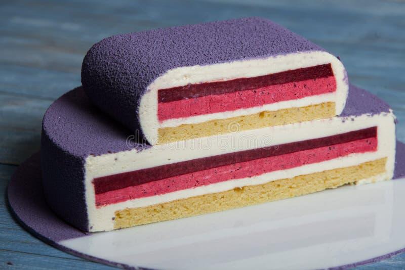 Assortiment van stukken van cake op slordige lijst, exemplaarruimte Verscheidene plakken van heerlijke dessertsverscheidenheid va royalty-vrije stock foto