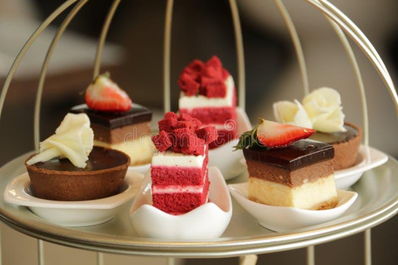 Assortiment van stukken van cake in plaat royalty-vrije stock foto