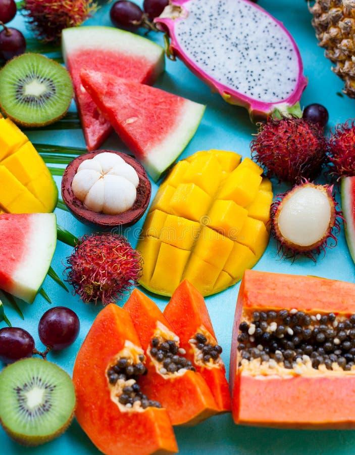 Assortiment van tropische exotische vruchten Achtergrond voor een uitnodigingskaart of een gelukwens Sluit omhoog royalty-vrije stock afbeeldingen