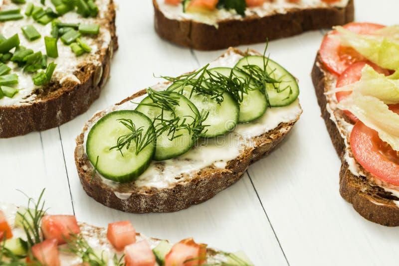 Assortiment van vegetarische sandwiches met groenten en kaas op een witte lijst Selectieve nadruk royalty-vrije stock afbeeldingen