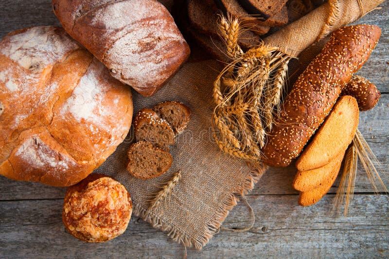 Assortiment van vers gebakken brood op houten lijstachtergrond royalty-vrije stock afbeeldingen