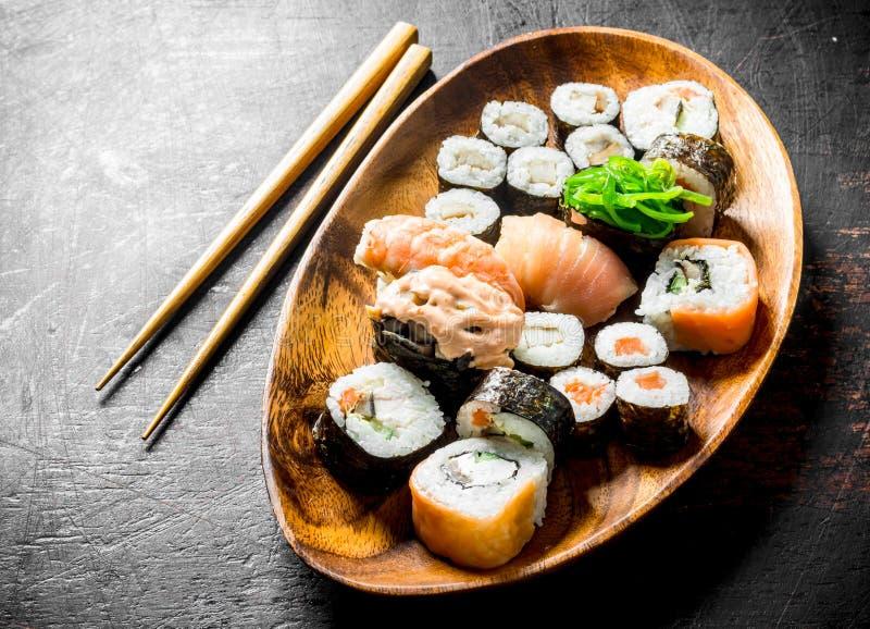 Assortiment van verschillende soorten sushi, broodjes en maki op een houten plaat royalty-vrije stock foto