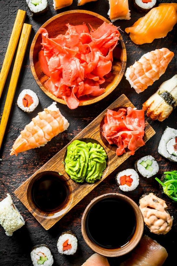 Assortiment van verschillende soorten sushi, broodjes en maki royalty-vrije stock afbeeldingen
