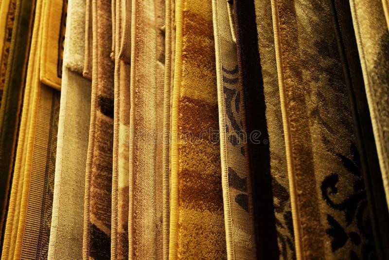 Assortiment van verschillende tapijten in opslag Sluit omhoog stock fotografie