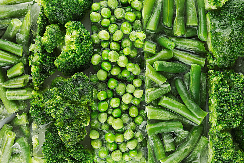 Assortiment van verse bevroren groene erwten, Franse boon, broccoli met rijpclose-up als achtergrond royalty-vrije stock afbeelding