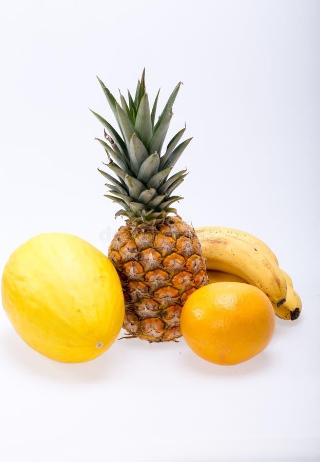 Assortiment van verse exotische vruchten op wit stock foto's