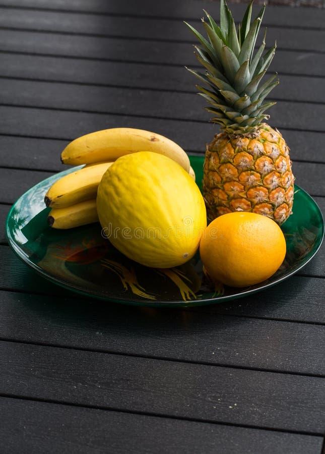 Assortiment van verse exotische vruchten op zwarte lijst royalty-vrije stock afbeelding