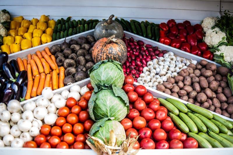 Assortiment van verse groenten bij markt tegen, plantaardige winkel, landbouwersmarkt Organische, gezonde, vegetarische conce van stock fotografie