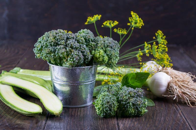 Assortiment van verse groenten en kruiden op donkere rustieke achtergrond stock afbeelding