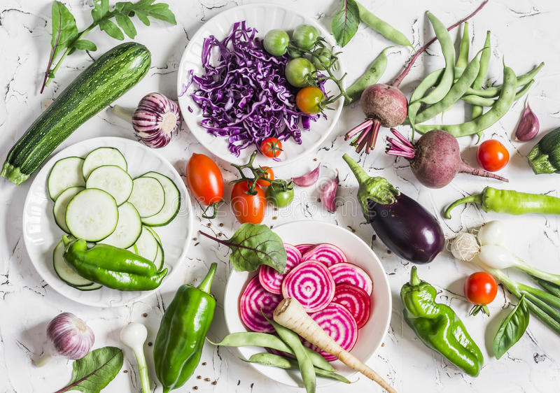Assortiment van verse groenten op een lichte achtergrond - courgette, aubergine, peper, bieten, tomaten, slabonen, rode kool stock foto