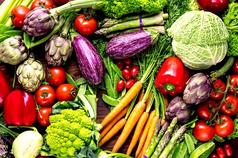 Assortiment van verse vruchten en groenten op donkere houten achtergrond met exemplaarruimte stock foto's