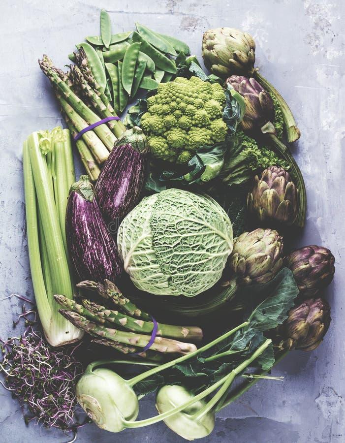 Assortiment van verse vruchten en groenten op grijze betonachtergrond royalty-vrije stock fotografie