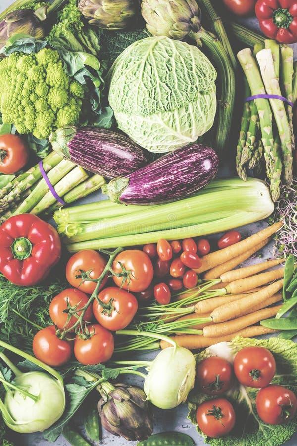 Assortiment van verse vruchten en groenten op grijze betonachtergrond stock afbeeldingen