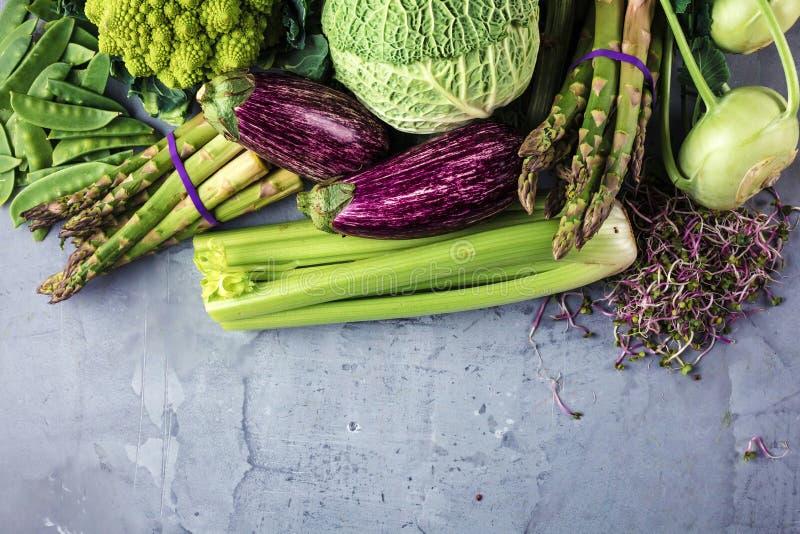 Assortiment van verse vruchten en groenten op grijze betonachtergrond royalty-vrije stock afbeelding