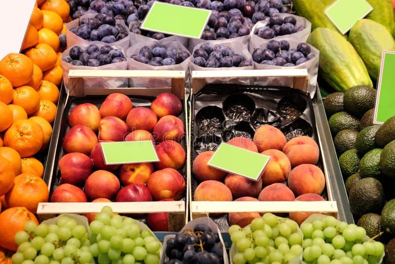 Assortiment van verse vruchten in winkel royalty-vrije stock foto's