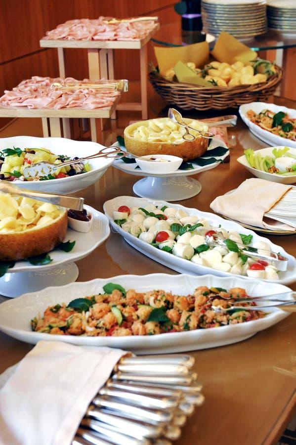Assortiment van voedsel op een koud buffet royalty-vrije stock foto's