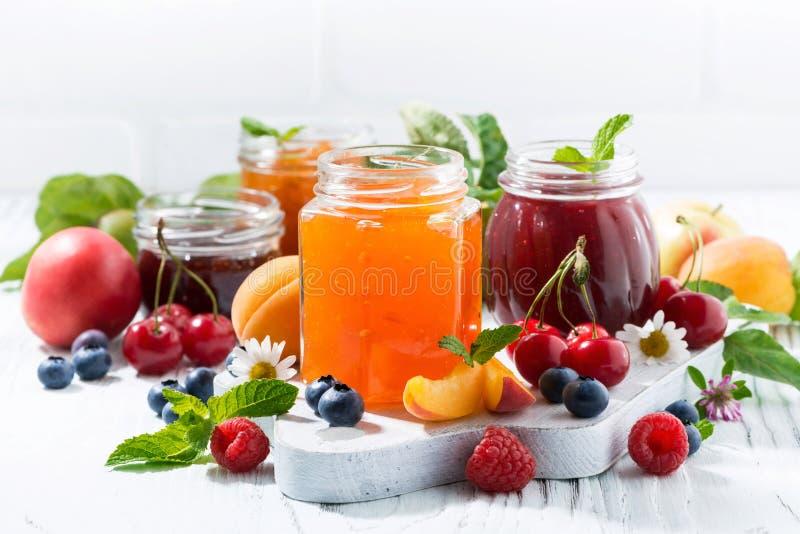 Assortiment van zoete jam en seizoengebonden vruchten stock foto's