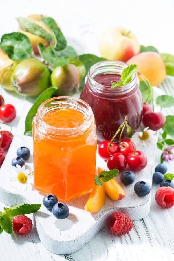 Assortiment van zoete jam en seizoengebonden vruchten, verticale hoogste mening royalty-vrije stock foto's