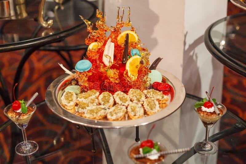 Assortiment vert d'apéritif de pâtisserie de tarte de souffle de confiture de gelée avec le décor d'art de sucrerie Cocktail de b photographie stock libre de droits