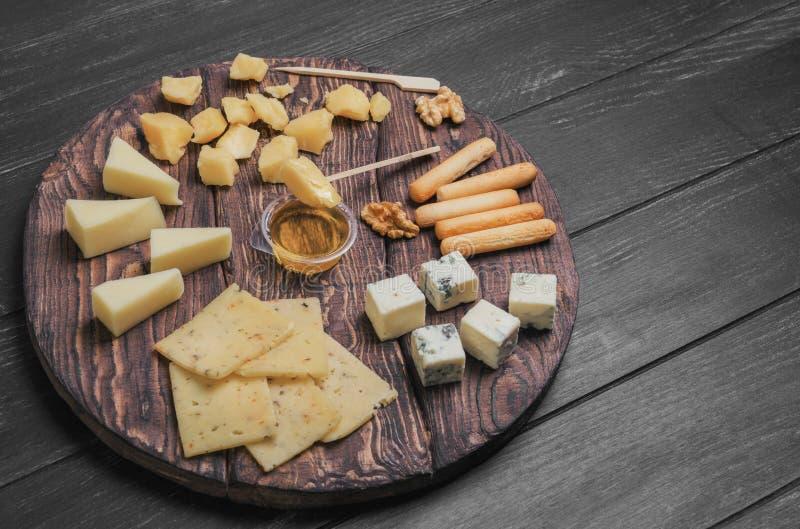 Assortimento assortito delle varietà differenti affettate dei formaggi immagini stock