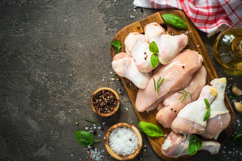 Assortimento crudo della carne di pollo - raccordo, ali e drumstics fotografie stock libere da diritti